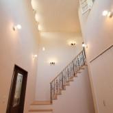 注文住宅 かっこいい工務店 輸入住宅 ブレス 施工例5 プロヴァンススタイル エントランスホール 階段