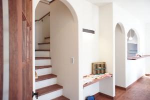 注文住宅のかっこいい工務店 Ie-Plan イエプラン モデルハウス 南仏スタイル アーチ壁 階段