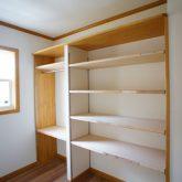 注文住宅 かっこいい工務店 静岡 輸入住宅 施工例11 コッツウォルズ ウォークインクローゼット 造作棚 部屋一室
