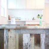 注文住宅 かっこいい工務店 栃木 イエプラン建築事務所 施工例13 オープンキッチン 古材風 クロス