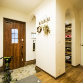 注文住宅 かっこいい工務店 熊本 ブレス ブレスホーム 施行例25 プロヴァンス 玄関 ホール 収納スペース シューズクローク 塗り壁