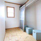 注文住宅 かっこいい工務店 福岡 不動産プラザ モデルハウス ガーデンシティ黒崎南 施工例12 プロヴァンス 2階 寝室 無垢フローリング 自然健康塗料 ウォークインクローゼット