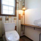 注文住宅 かっこいい工務店 栃木 イエプラン建築事務所 自由設計 施工例14 北米 ブルックリンスタイル 1階 トイレ