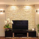 注文住宅 かっこいい工務店 岡山 アイム・コラボレーション アイムの家 施工例7 収納が豊富、動線に配慮した家 リビング テレビコーナー 石貼り