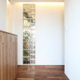 注文住宅 かっこいい工務店 岡山 アイム・コラボレーション アイムの家 施工例8 キッチンを空間のメインステージに 玄関ホール ガラスブロック