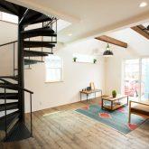 注文住宅 かっこいい工務店 福井建設の家 施工例13 南欧スタイル 螺旋階段のある男前インテリアハウス リビング 螺旋階段