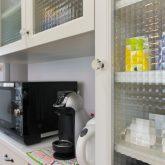 注文住宅 かっこいい工務店 宮城 輸入住宅 施行例 21 プロヴァンス 南仏スタイル オープンキッチン 背面キャビネット チェッカーガラス
