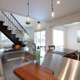 注文住宅 かっこいい工務店 栃木 イエプラン建築事務所 施工例13 オープンキッチン 木製システムキッチン ステンレス天板