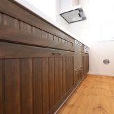 注文住宅 かっこいい工務店 東京 輸入住宅 ジェイプラン 施工例11 カリフォルニアスタイル サーファーズハウス オープンキッチン 木製扉