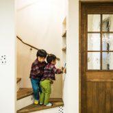 注文住宅 かっこいい工務店 熊本 ブレス ブレスホーム 施行例25 プロヴァンス 木製階段 木製ドア