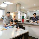 注文住宅 かっこいい工務店 岡山 アイム・コラボレーション アイムの家 施工例1 太陽光発電「全量買取制度」利用で負担を抑えながら二世帯住宅建替え オープンキッチン