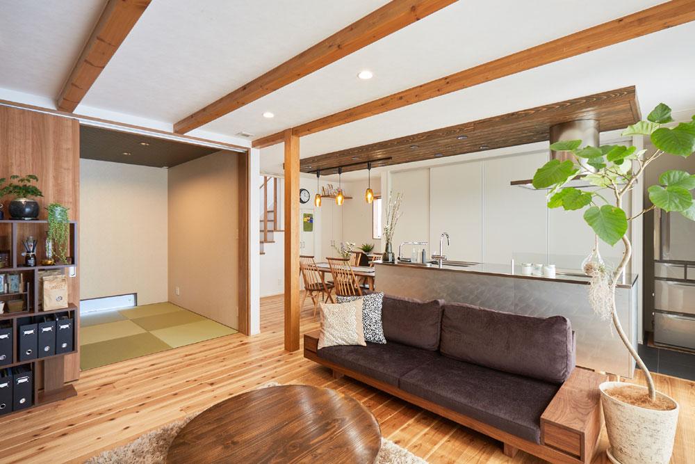 注文住宅 かっこいい工務店 岡山 アイム・コラボレーション アイムの家 施工例13 天井の梁を生かしたスマートでオープンなリビング空間がある家 リビング
