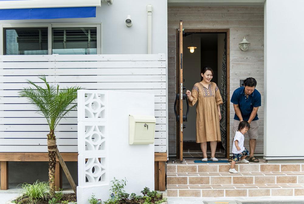 注文住宅 かっこいい工務店 熊本 ブレス ブレスホーム 施工例33 西海岸テイスト 玄関アプローチ
