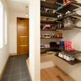 注文住宅 かっこいい工務店 岡山 アイム・コラボレーション アイムの家 施工例24 オフィスやアクアリウムまで。機能性が高く、回遊性のある家 玄関 靴 収納 シューズクローク