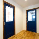 注文住宅 かっこいい工務店 山形県 福井建設 自由設計 施工例26 室内ドア ブルー ケーシング 木目活かす